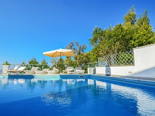 Villa Terri with Sea View, Private Pool, Direct Sea Access and Parking