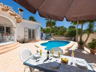 2 bedroom Villa with Pool, WiFi and Walk to Shops - 5744627