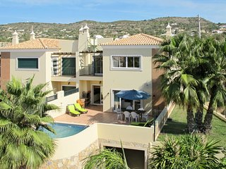 4 bedroom Villa with Pool, Air Con, WiFi and Walk to Shops - 5719929