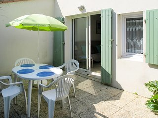 2 bedroom Villa with WiFi and Walk to Beach & Shops - 5702174