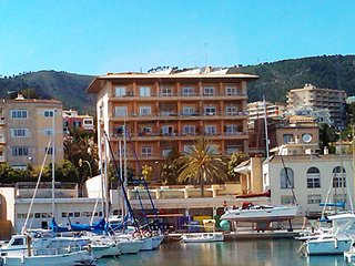 2 bedroom Apartment with Pool, Air Con and Walk to Beach & Shops - 5700456