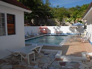 B&B Ironshore Villa with Pool in Tropical Garden