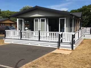 Luxury 3 Bedroom Holiday Lodge in Milford-on-Sea, Pet Friendly.