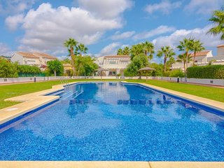3 bedroom Villa with Pool, Air Con, WiFi and Walk to Shops - 5744760