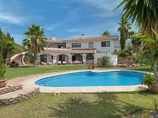 3 bedroom Villa with Pool, Air Con, WiFi and Walk to Shops - 5700511