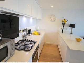 1 BED CONTEMPORARY APARTMENT 2/4 NEXT TO FISTRAL BEACH, SECURE PARKING, WIFI