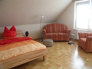 Möbliertes Zimmer in 3er WG im OG eines Zweifamilienhauses