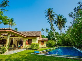 The Chalet -2 bedroom exclusive villa with private pool - 2 minutes to beach.
