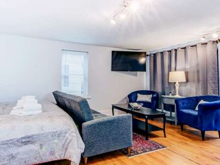 Kindred Spirits: Spacious Suite, King Bed, central AC, Walk to eateries & shops,