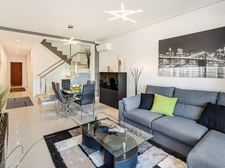 Luxury, Modern 2 Bed Apartment with Pool & Side Sea views , Wifi, BBQ & Garage