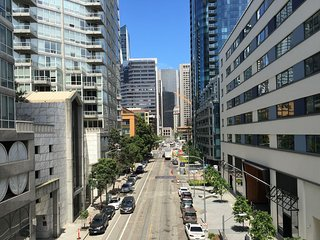 1BEDROOM WITH PRIVATE BALCONY & CITY VIEWS IN RINCON HILL