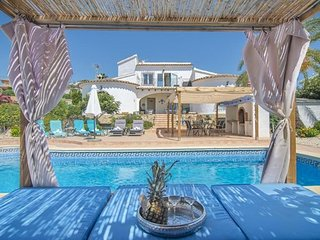 3 bedroom Villa with Pool, Air Con, WiFi and Walk to Shops - 5744758