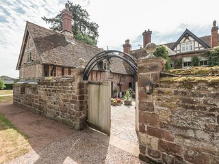 COURTYARD COTTAGE, romantic, luxury holiday cottage, with open fire in Meeson