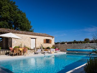 Lovely Longere Maison with heated salt water pool