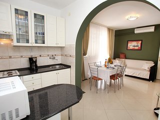 Spacious apartment very close to the centre of Vinisce with Parking, Internet, A