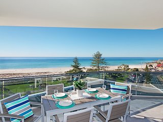 ICONIC UNIT 704 - LUXURY BEACHFRONT APARTMENT WITH Wi-Fi ON KIRRA BEACH IN COOLA