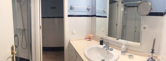 Baño integrado en dormitorio principal con plato de ducha. Inodoro independiente con puerta interior