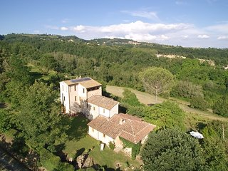 Exclusive Villa in countryside 8pers., heatable pool, Umbria/Tuscany, historic