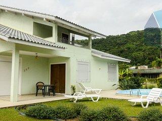 Casa com piscina em condomínio fechado - 100