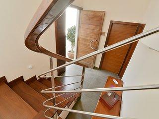 Holztreppe in den Wohnbereich