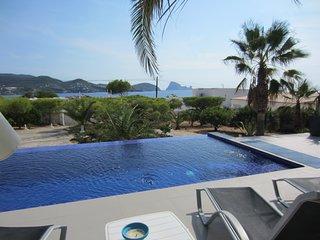 Moderna casa con piscina y fantasticas vistas al mar y la isla de Es Vedra