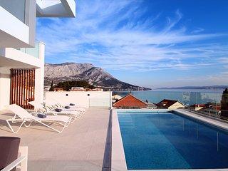 Luxurious VILLA LAPIS - heated pool, sauna, gym & spa, 120m to sandy beach