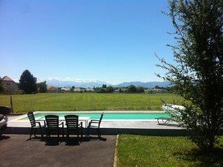 Terrasse pour manger devant la piscine  face à la vue dégagée exceptionnelle sur chaîne des Pyrénées