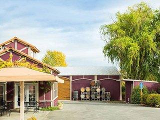 Rellik House~Pool~ Winery and Alpaca Farm