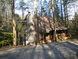 Clean Rustic Cabin in Townsend, TN Close to the Great Smoky Mt. National Park!