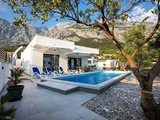Cozy villa close to the center of Makarska with Parking, Internet, Washing machi