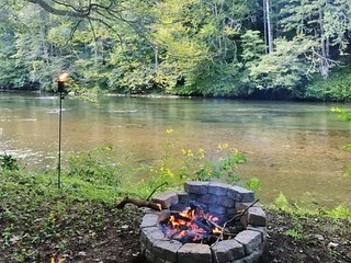 New River Haven-Riverfront, Pet Friendly, Fire Pit, WiFi, River Tubes, Smart TV'