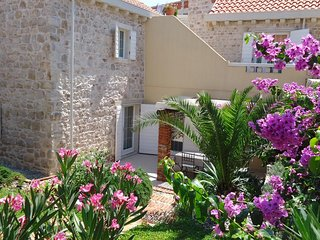 Sutivan Holiday Home Sleeps 6 with Air Con and WiFi - 5750771