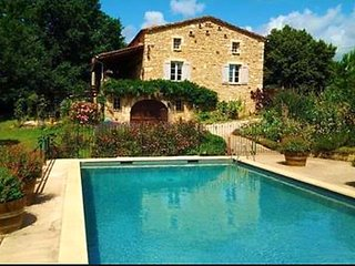 Grand Vue Vert - 2 bedroom Gite with heated pool on edge of medieval village