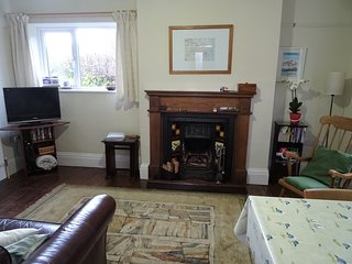 Alpha Cottage: Sleeps 4, local walks incl. 20 min walk to beach. Free WIFI.