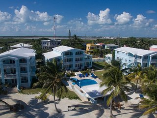 Beach Getaway! 'Sunset Beach' C1- Ground floor/3 bedroom/sleeps 8/kayaks/AC/Wifi