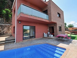 Cozy apartment close to the center of Blanes with Parking, Pool, Balcony, Garden