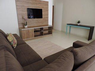 Apartamento 12 de 3 dormitórios para 10 pessoas a uma quadra da Praia Grande - U