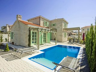 Liznjan Holiday Home Sleeps 8 with Pool and Air Con - 5753816