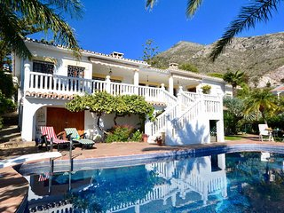 4 bedroom Villa with Pool, Air Con, WiFi and Walk to Shops - 5700563