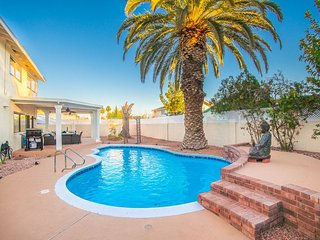 Palm Tree Paradise ★ Luxurious 4 Bd ★ Sleeps 16!