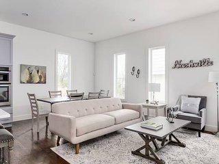 Sleek 3BR/3BA w/ Rooftop by Downtown by Domio