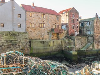 FISHERMANS COTTAGE, pet-friendly, balcony and small courtyard, in Staithes