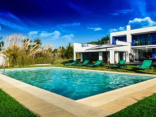Superb Villa! Sleeps 8, Game Room, Heated Pool, AC, SIntra, Fabulous Ocean View