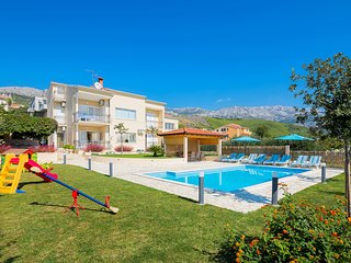 APARTMENT LUCIJA with private, heated pool, 9km far from Split