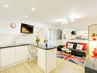 Seaside Patio Apartment - Metres from Brighton Seafront