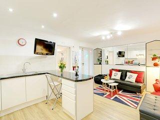 Seaside Patio Apartment - Metres from Brighton Seafront
