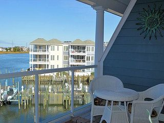 Bay Breeze - 3rd Floor Waterfront Condo - In Town
