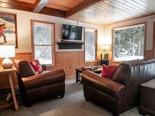 Chiwawa River Chalet, RIVER,  Hot Tub, WiFi, Sat. TV and Fido Friendly!