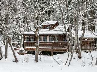 Your own private tree house w/hot tub, free wifi, propane firepit & Fido OK