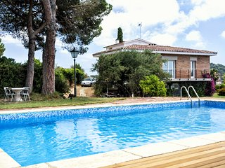 CINTO - SPACIOUS and BRIGHT - Large and private garden and pool - 30 min BCN